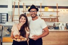 Couples ayant la nourriture en café Photo stock