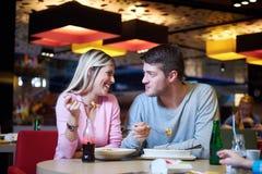 Couples ayant la pause de midi dans le centre commercial image libre de droits