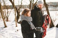 Couples ayant la promenade dans le parc d'hiver près du lac congelé Images stock