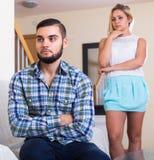 Couples ayant la querelle à l'intérieur Photo stock