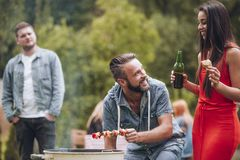 Couples ayant le barbecue Photos stock