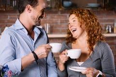 Couples ayant le café et la conversation dans le matin Image libre de droits