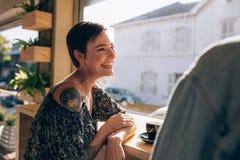 Couples ayant le grand temps au café Images libres de droits
