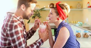 Couples ayant le milkshake 4k clips vidéos