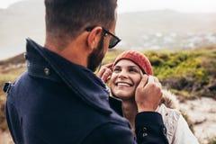 Couples ayant le temps de qualité des vacances d'hiver Photo libre de droits