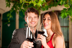 Couples ayant le vin Images stock