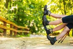 Couples ayant les jambes de ondulation d'amusement Photo libre de droits