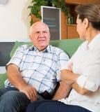 Couples ayant parler sérieux dans la maison Photo libre de droits