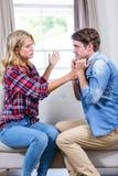 Couples ayant un argument photo stock