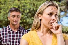 Couples ayant un argument dans le parc Photos stock