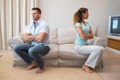 Couples ayant un argument dans le salon photographie stock