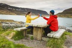 Couples ayant un beau jour en nature Photos libres de droits