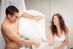 Couples ayant un combat d'oreiller Image stock