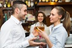 Couples ayant une date à la barre Photo libre de droits