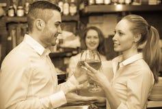 Couples ayant une date à la barre Photos stock