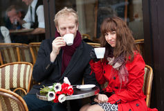 Couples ayant une datte en café parisien photographie stock