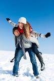 Couples ayant une promenade de l'hiver Photos libres de droits