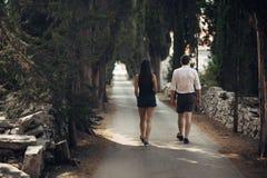 Couples ayant une promenade en nature Fabrication d'une société Effort gratuit, sentiment de liberté Bonheur et mindfulness Relat Photographie stock