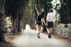 Couples ayant une promenade en nature Fabrication d'une société Effort gratuit, sentiment de liberté Bonheur et mindfulness Relat Photo stock