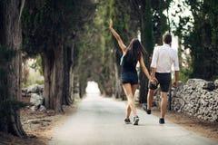 Couples ayant une promenade en nature Fabrication d'une société Effort gratuit, sentiment de liberté Bonheur et mindfulness Relat Photographie stock libre de droits