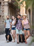 Couples with baggage walking the city Royalty Free Stock Photos