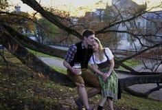 Couples bavarois dans l'amour Photographie stock