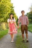 Couples bavarois heureux dans le soleil de soirée Photos libres de droits