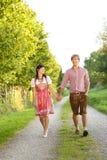 Couples bavarois heureux dans le soleil de soirée Images libres de droits