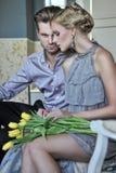 Couples beaux dans la chambre à la mode Image libre de droits