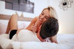 Couples beaux dans le lit étant sensuel Photos stock