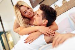 Couples beaux dans le lit étant sensuel Images libres de droits