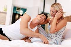 Couples beaux dans le lit étant sensuel Images stock