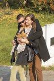 Couples beaux heureux étreignant en parc Photo stock