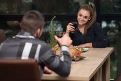 Couples beaux prenant le déjeuner Images stock