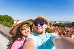 Couples beaux prenant le selfie avec l'appareil-photo futé mobile de téléphone dans la ville européenne Vacances, amour, voyage e Photos stock