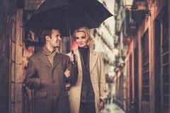 Couples bien habillés élégants dehors Image stock