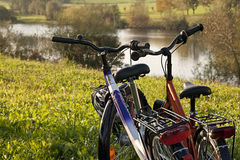 Couples bikes on the lake Royalty Free Stock Photos