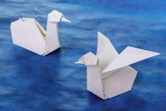 Couples blancs de papier de cygnes d'origami Photographie stock