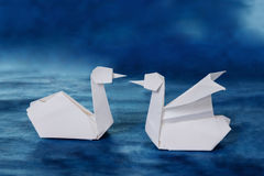 Couples blancs de papier de cygnes d'origami Photos libres de droits