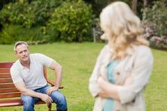 Couples bouleversés ayant un argument image stock