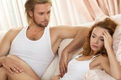 Couples bouleversés de jeunes ayant le problème Photos stock