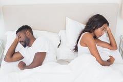 Couples bouleversés ne parlant pas entre eux après combat Photo libre de droits