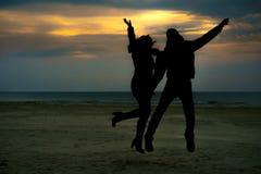 Couples branchant sur une plage Image libre de droits