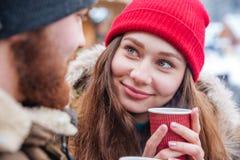 Couples buvant du café chaud dehors en hiver Images libres de droits