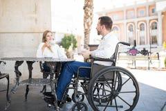 Couples buvant du café dans un restaurant Image stock