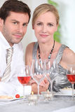Couples buvant du vin rosé Photos libres de droits