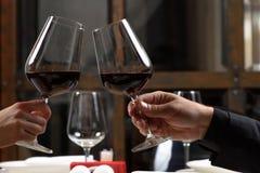 Couples buvant du vin rouge dans le restaurant Plan rapproché Photographie stock libre de droits