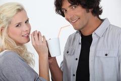 Couples buvant ensemble Images libres de droits
