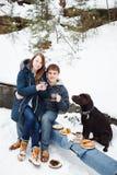 Couples buvant la boisson chaude dehors Photographie stock libre de droits