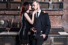 Couples célèbres habillés par bien dans l'intérieur de grenier Couples tenant le gla Photo stock